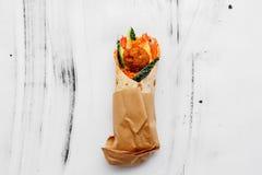 Begrepp av vegetarisk mat Läcker ny hemlagad vegetarisk tortilla med falafelen på ett träköksbord gata royaltyfri fotografi