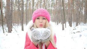 Begrepp av vinterunderhållning Den unga kvinnan i vinter parkerar med insnöade händer arkivfilmer