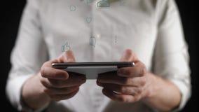 Begrepp, digitalt online-liv och samkvämnätverk En ung man i en skjorta använder hans smartphone för att beskåda hans räkenskap arkivfilmer