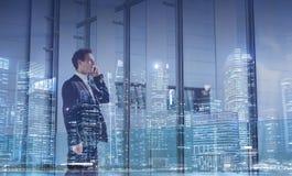 Begrepp för affärskommunikation, karriärtillfälle, affärsman som stannar till telefonen arkivbilder
