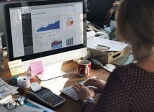 Begrepp för affärskvinnaWorking Dashboard Strategy forskning Arkivbild