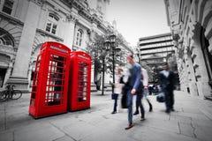 Begrepp för affärsliv i London, UK. Rött telefonbås Royaltyfria Bilder