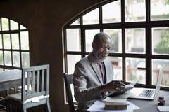 Begrepp för affärsmanReading Book Ideas arbetsplats Royaltyfri Fotografi