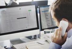 Begrepp för affärsmanUsing Telephone Correspondence mejl Arkivbild