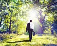 Begrepp för affärsmanWalking Outdoors Ecological natur Fotografering för Bildbyråer