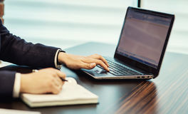 Begrepp för affärsmanWorking Laptop Connecting nätverkande, affär arkivfoton