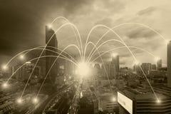 Begrepp för affärsnätverkandeanslutning och Wi-Fi i stad Technol Arkivfoton