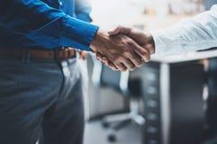 Begrepp för affärspartnerskaphandskakning Bild av handshakingprocessen för två businessmans Lyckat avtal efter stort möte horizon Arkivfoto