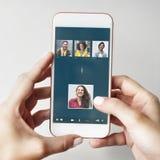 Begrepp för anslutning för pratstund för gruppvänner videopn Arkivbilder