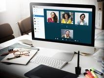 Begrepp för anslutning för pratstund för gruppvänner videopn royaltyfri bild