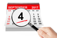 Begrepp för arbets- dag 4 September 2017 kalender med förstoringsapparaten Royaltyfri Bild
