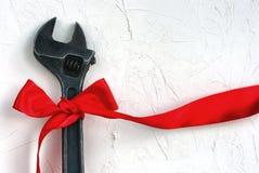 Begrepp för arbets- dag, skiftnyckel med det röda bandet Royaltyfri Fotografi