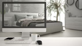 Begrepp för arkitekthusprojekt, skrivbords- dator på det vita arbetsskrivbordet som visar det moderna vita sovrummet, minimalisti Royaltyfri Bild