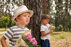 Begrepp för att klara av tid för organisation av den arbetande processen kvinnor för dag s St Dag för valentin` s Stilig pojke i  arkivfoton