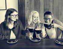 Begrepp för avkoppling för avbrott för kafévänkaffe gladlynt fotografering för bildbyråer