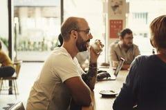 Begrepp för avkoppling för restaurang för coffee shopfolkkafé arkivbilder