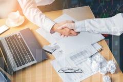 Begrepp för avtal för affärshandskakninghälsning på arbetsplatsen Arkivfoto