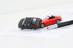 Begrepp för avtal för försäkringpolitik med leksakmodellbilar som har en krasch royaltyfri bild