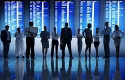 Begrepp för avvikelse för lopp för terminal för flygplats för affärsfolk Arkivfoto