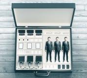 Begrepp för bärbart kontor med kontorstillbehör- och arbetarinsi arkivfoto