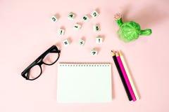 Begrepp för bästa sikt av utbildning, först av September tillbaka till skolan med blyertspennor, tom notepad, ringklocka, bästa s Arkivbilder