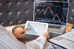 Begrepp för börsmarknad, affärsaktieägarehandel eller materielmäklare som har en planläggning och analyserar med skärmskärmen och royaltyfri foto
