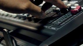 Begrepp för bakgrund för musikinstrument och folk Musiker som använder den solida blandaren i inspelninghemstudio stock video