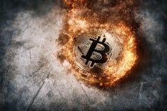 Begrepp för bakgrund för valuta för brinnande guld- bitcoinmynt Crypto Arkivfoto