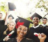 Begrepp för beröm för framgång för mångfaldstudentavläggande av examen royaltyfri fotografi