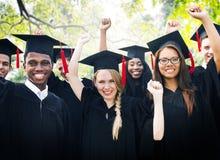 Begrepp för beröm för framgång för mångfaldstudentavläggande av examen fotografering för bildbyråer