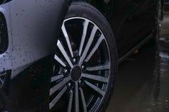 begrepp för bilrenlighetclose som tvättar sig upp Lokalvårdbil genom att använda högtryckvatten royaltyfria bilder