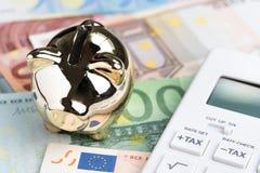 Begrepp för budget för Europa skatt- eller Italien regering finansiellt, skinande guld- spargris eller myntbank på högen av euros royaltyfri bild
