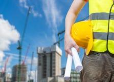 Begrepp för byggnadskonstruktion Arbetare (tekniker) med ritningen Royaltyfri Foto