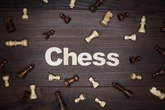begrepp för chessmen för bakgrundsbrädeschack som plattforer nära trätvå Royaltyfri Foto