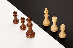begrepp för chessmen för bakgrundsbrädeschack som plattforer nära trätvå Royaltyfri Bild