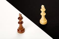 begrepp för chessmen för bakgrundsbrädeschack som plattforer nära trätvå Arkivfoton