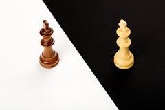 begrepp för chessmen för bakgrundsbrädeschack som plattforer nära trätvå Arkivfoto