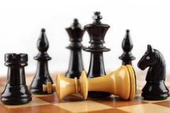 begrepp för chessmen för bakgrundsbrädeschack som plattforer nära trätvå Schackmatt vit konung Royaltyfri Fotografi