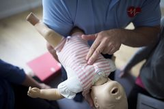 Begrepp för CPR-första hjälpenutbildning royaltyfria foton