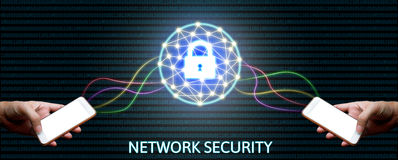Begrepp för Cybersäkerhetsnätverk, hållande smartphone för man med låset Royaltyfri Foto