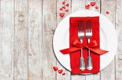 Begrepp för dag för förälskelse- eller valentin` s med tappningbestick, röda rosor Royaltyfri Fotografi