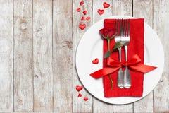 Begrepp för dag för förälskelse- eller valentin` s med tappningbestick, röda rosor Arkivfoton