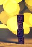 Begrepp för dag för förälskelse- eller valentin` s med träbokstavsFÖRÄLSKELSE på en wo Royaltyfri Foto