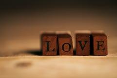 Begrepp för dag för förälskelse- eller valentin` s med träbokstavsFÖRÄLSKELSE på en wo Royaltyfria Foton