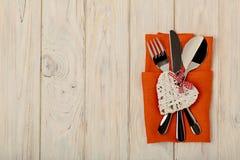 Begrepp för dag för valentin` s På trätabellbesticket på linnena Royaltyfri Fotografi
