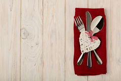 Begrepp för dag för valentin` s På trätabellbesticket på linnena Fotografering för Bildbyråer