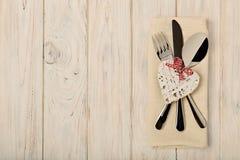 Begrepp för dag för valentin` s På trätabellbesticket på linnena Royaltyfria Bilder