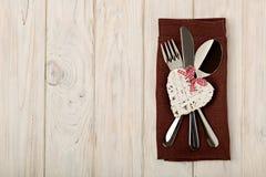 Begrepp för dag för valentin` s På trätabellbesticket på linnena Arkivfoton