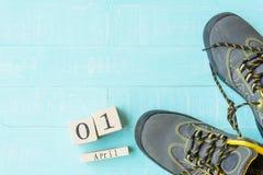 Begrepp för dag för ` s för April dumbom skosnöre som tillsammans binds Royaltyfri Foto