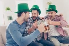Begrepp för dag för St Patrick ` s Skratta gladlynt vän med öl Arkivfoton